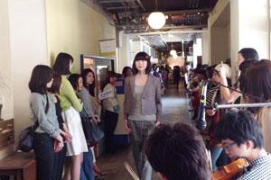 エシカルファッションカレッジで行われたファッションショー。若い女性、ファッション関係者らに注目を集めていた。