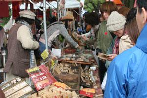 フェアトレードなどのブースも多数出店。人気を集めていた。