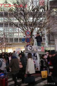 東京・渋谷のスクランブル交差点で演説する吉沢さん。(撮影:木野村匡謙)