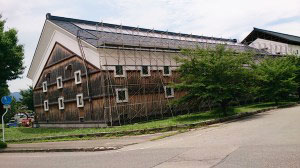 酒も再生エネルギーで作ろうと自社の蔵の屋根に太陽光パネルを設置した。