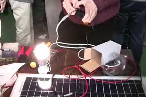 再生可能エネルギー発電を希望する人向けにシステム組み立てのワークショップを開催(日本のトランジションタウン事例集」DVDより)