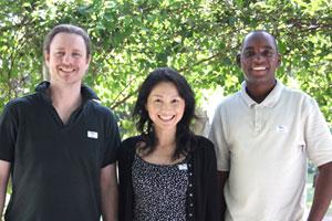 ザンビアでバナナペーパー事業を進めるエクベリ聡子さん(中央)